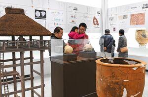 特別展「吉野ケ里遺跡-軌跡と未来-」の展示物を鑑賞する来場者=佐賀市の佐賀県立美術館
