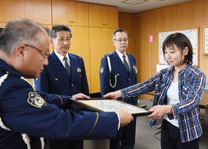 香月幸太郎署長(左)から感謝状を受け取る中村友美さん=神埼市の神埼署