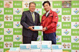 松本茂幸市長にマスクを寄贈する馬上勇代表(右)と=神埼市役所