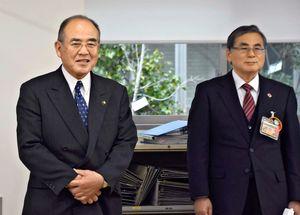 仕事納めで各課を回って職員の労をねぎらう秀島市長(左)=佐賀市役所