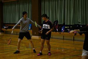 ジュニア選手にアドバイスする栗原文音さん(左)=佐賀市の旭学園体育館