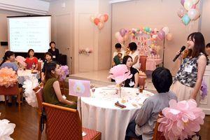 記念撮影などで交流し、パーティを楽しむ参加者たち=ホテルマリターレ創世
