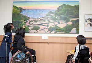 絵画に隠れている動物を懸命に探す子どもたち=佐賀市の佐賀整肢学園こども発達医療センター