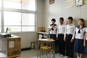電子黒板を使った生徒総会で、カメラに向かって語り掛ける生徒たち=佐賀市の大和中