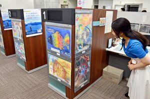 龍谷中学・高校の生徒たちがSDGsをテーマに描いた絵画作品展を開いている三井住友信託銀行佐賀支店=佐賀市松原