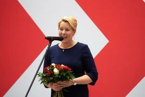 27日、社会民主党(SPD)の本部で報道陣を前に話すフランツィスカ・ギファイ氏(AP=共同)