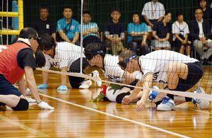 フロアバレーボールで相手のボールを受け、攻撃に移る佐賀県立盲学校の選手(右)=佐賀市の県総合体育館