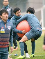 バランスボールを奪い合う練習で、必死な表情を見せるFW小野裕二選手(中央)=鳥栖市の北部グラウンド