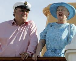 ギリシャを訪問した際のデンマークのヘンリック殿下(左)と女王マルグレーテ2世=2006年5月(ゲッティ=共同)