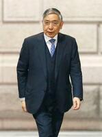 金融政策決定会合に出席するため、日銀本店に入る黒田総裁=21日午前
