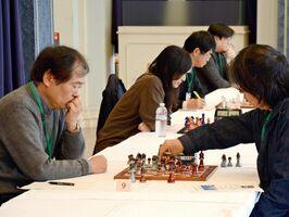 有田焼のチェス駒で対局する参加者=有田町の有田ポーセリンパーク