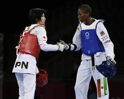 女子57キロ級2回戦でニジェール選手(右)に敗れ、健闘をたたえ合う浜田真由=幕張メッセ