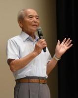学徒動員された長崎での被爆体験を話す池田和友さん=佐賀市のアバンセホール