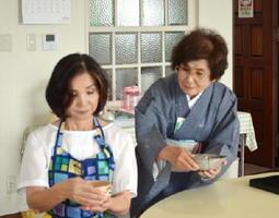 和菓子作りとお抹茶体験教室でお茶の飲み方を指導する原さん