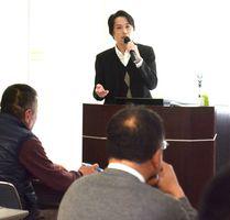 クラウドサービスの活用例を交え、導入効果を説明する益田智社長=佐賀市の県地域産業支援センター