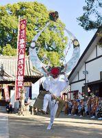 天衝をかぶった舞い手が勇壮な舞を披露し奉納された「高木八幡ねじり浮立」=佐賀市の高木八幡宮