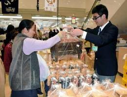 自慢の杉の木製品を販売する伊万里特別支援学校の生徒=武雄市のゆめタウン武雄店