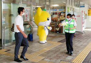 自転車保険への加入の啓発チラシを配る県職員=佐賀市のJR佐賀駅