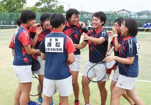 ソフトテニス女子団体決勝・佐賀清和-嬉野 優勝を決め涙があふれる佐賀清和の選手たち=佐賀市のSAGAサンライズパーク庭球場