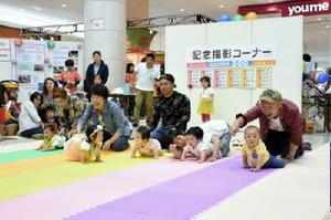 保護者に応援されながらスタートする子どもたち=6月、佐賀市のゆめタウン佐賀