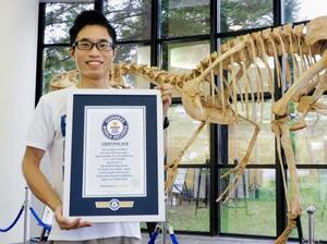 兵庫県立人と自然の博物館で、ギネス世界記録の公式認定証を持つ筑波大の田中康平助教=7月、兵庫県三田市(筑波大・同博物館提供)