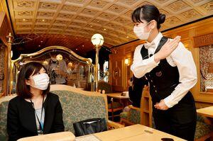 乗客、乗務員ともマスクを着用して旅を楽しむ
