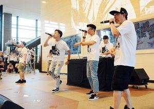 ラッパーたちは佐賀県庁でも曲を披露した=2017年9月1日