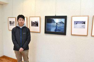 冬の久住山系を撮影した写真展を開いている宮川淳さん=伊万里市民図書館