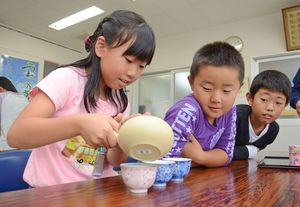 苦みや渋みを抑える入れ方で茶を入れる轟小3年の子どもたち=嬉野市の茶業研修施設「嬉茶楽館」
