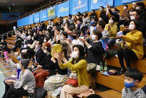 新型コロナウイルスの感染防止対策のため、座席を空け、声援を控えて拍手やグッズで選手を鼓舞するブースター=佐賀市のSAGAサンライズパーク総合体育館
