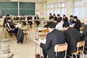 新高校の概要をまとめた設置準備委員会=伊万里市の伊万里商業高校
