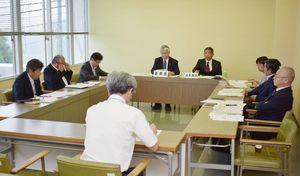 特別職の退職金不支給条例案について認める方針を確認した伊万里市議会総務委員会=市議会