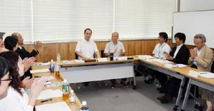 設立総会で議事を拍手で承認する加盟団体の代表者ら=佐賀市の市民活動プラザ