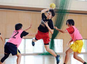 全国高校総体に向けて練習に汗を流す神埼清明女子ハンドボール部=神埼市の同校体育館