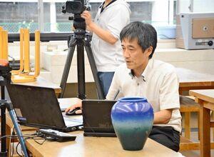 オンラインでの説明会で学校の特徴を説明する吉永伸裕教諭=有田町の有田工高