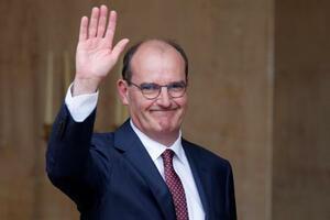 前首相との引き継ぎを終え、手を振るフランスのカステックス新首相=3日、パリ(ロイター=共同)