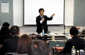 議会改革の重要性や実践的アドバイスを語る中尾修さん。県内外の地方議員40人が耳を傾けた=伊万里市松島町の市民センター