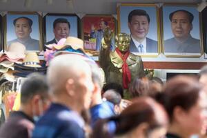 土産物屋に並ぶ毛沢東(奥右端)と習近平氏の肖像画=2020年10月、中国湖南省韶山(共同)