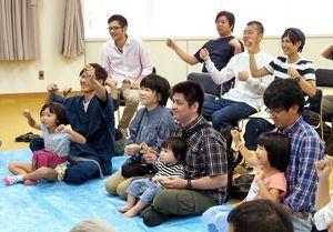 歌も交えながら、絵本の世界を楽しんだ「パパ〓s絵本LIVE」=佐賀市の九州電力佐賀支社