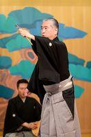 謡や舞を披露した東京芸術大教授の武田孝史さん=神埼郡吉野ヶ里町のギャラリー「アートえる」