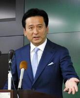 佐賀空港へのオスプレイ配備計画に関する質問に答える山口祥義知事=佐賀県庁