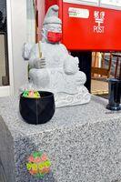 マスクを付け、新型コロナウイルスに見立てたボールを釣り上げるコロナ恵比須=佐賀市開成の佐賀八戸溝郵便局