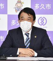 記者会見で感染予防の徹底と、冷静な対応を市民に呼び掛けた横尾俊彦多久市長=市役所