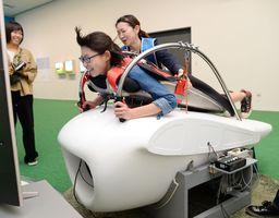 気分はナウシカ。「風の谷のナウシカ」に登場する「メーヴェ」をモデルにした「M-02J」のフライトシミュレーター=佐賀市の県立美術館