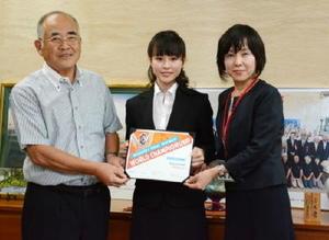 世界大会5位を示す賞状を持って表敬訪問した佐々木さん(中央)と藤瀬さん(右)と秀島市長=佐賀市役所