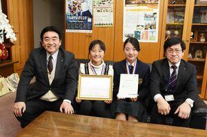 英検1級に合格した羽根風歌さん(右から2人目)と理検化学2級に合格した吉田侑唯さん(同3人目)=基山町役場