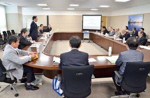 県のスポーツピラミッド構想の基本方針策定に向け、スポーツや経済、行政の代表者が意見を出し合った推進本部会議=県庁