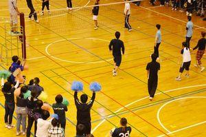 ソフトバレーボールを楽しむ参加者=佐賀市諸富町の諸富文化体育館