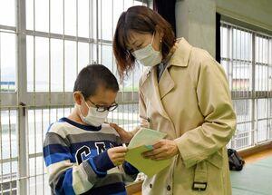 保護者が書いた手紙を読む児童=嬉野市塩田町の塩田小