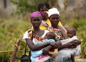 医療支援を待つ、サイクロンで被災した母子ら=23日、モザンビーク中部ベイラ近郊(ロイター=共同)